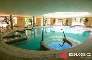 Vnitřní bazén s vířivkou