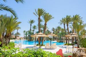 Bazén s palmami a slunečníky