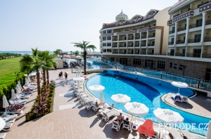 Bazén hotelu Kirman Belazur